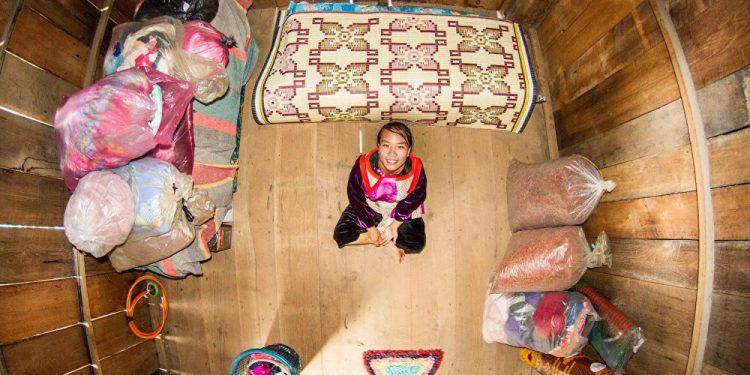 Fha, 20 godina, medicinska sestra, Ban Saingam (Tajland) / Photo: John Thackwray