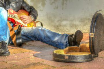 Gitara, uli;čni svirač/Shutterstock