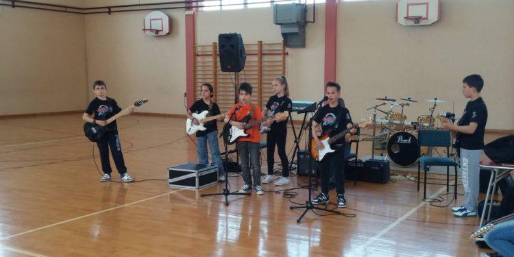 Gitarom kroz škole/ Photo: Facebook/Rok Planeta