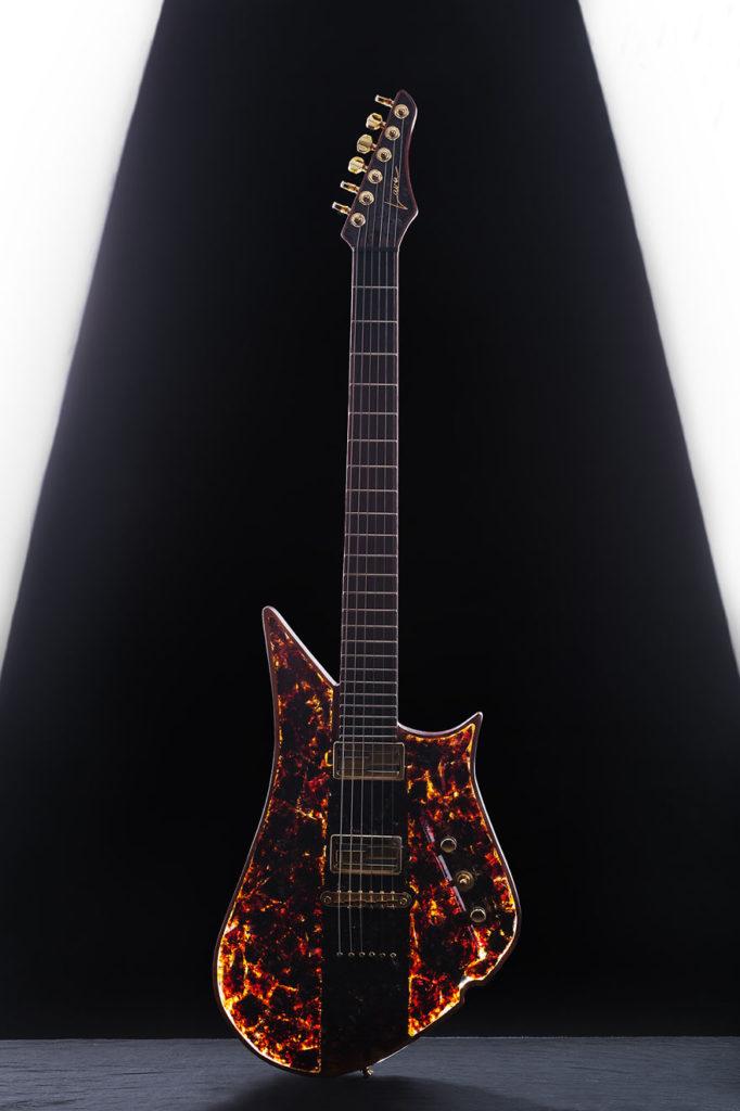 Black Amber Drop #1 - prva na svetu gitara izrađena od 50 miliona godina starog crnog jantara (2 kg)