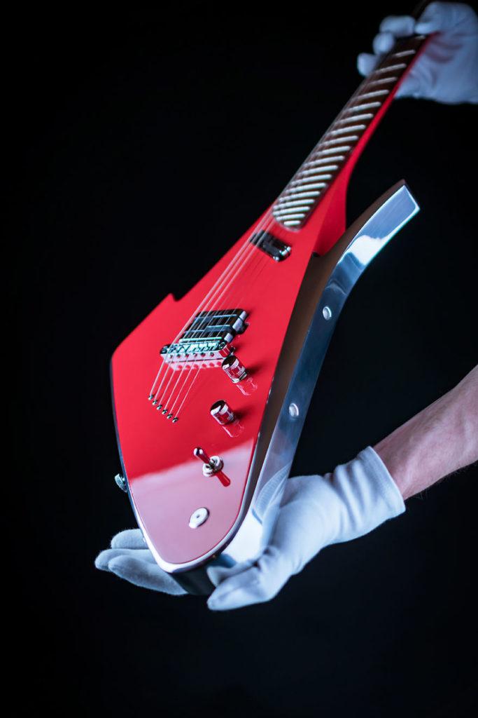 Lava Drop X - električna gitara izrađena kombinovanjem različitih vrsta egzotičnog i retkog drveta sa avionskim aluminijumom i detajima od kamena vulkanske lave