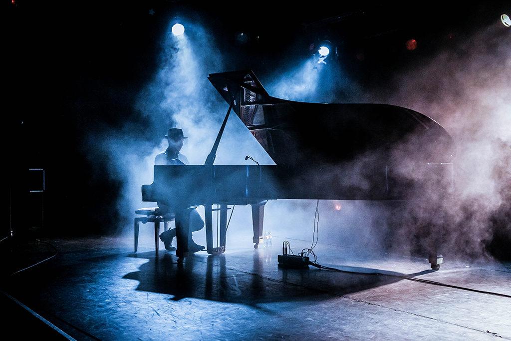 Peter Bence& Photo> Promo