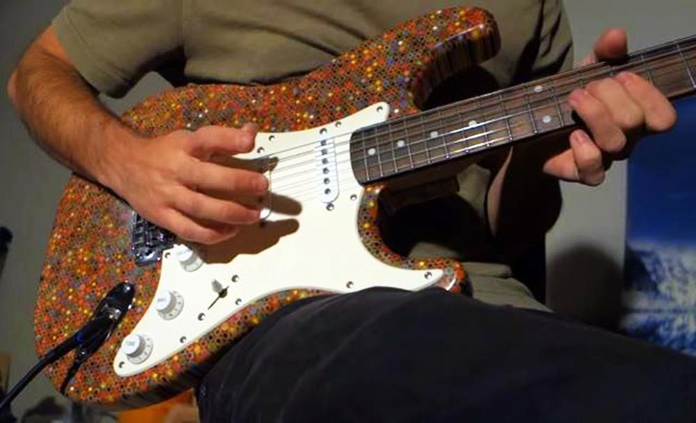 Gitara od drvenih bojica/Photo; YouTube printscreen