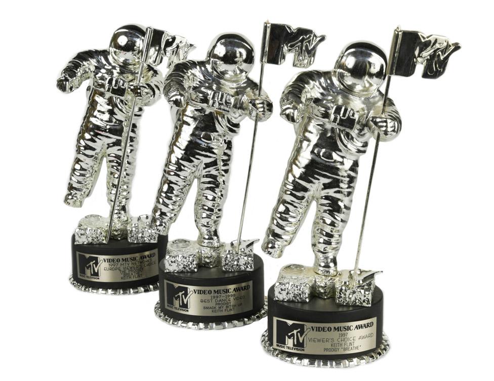 Flintove tri MTV nagrade iz 1997. su se ispostavile kao najskuplji predmeti na aukciji, u vrednosti od 16.000 funti/Cheffins