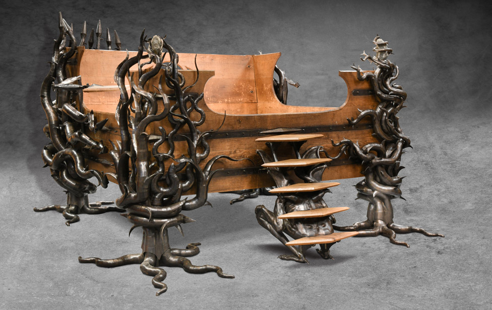 Flint je učestvovao u dizajnu svog unikatnog kreveta od hrasta i čelika, koji je prodat za 8.500 funti/Cheffins