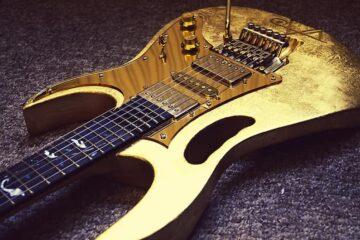 Gold leaf 24K Guitar /Photo: reverb.com