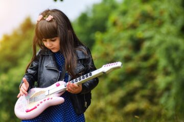 Devojčica, gitara/ Photo: Poxabay